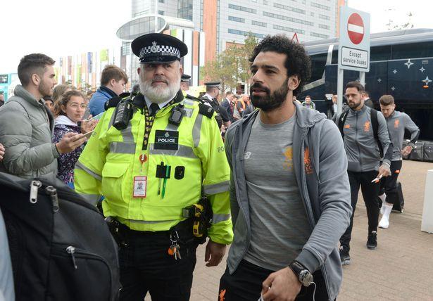 Mohamed Salah được cảnh sát hộ tống riêng lên máy bay - Ảnh 1