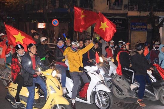 Hàng triệu CĐV vỡ òa hạnh phúc, đổ ra đường mừng đội tuyển Việt Nam lập kỳ tích tại Asian Cup 2019 - Ảnh 2