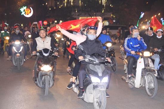 Hàng triệu CĐV vỡ òa hạnh phúc, đổ ra đường mừng đội tuyển Việt Nam lập kỳ tích tại Asian Cup 2019 - Ảnh 3