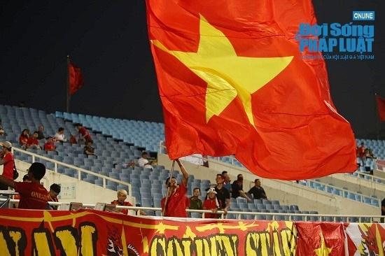 """Trận Việt Nam- Malaysia: CĐV nhuộm đỏ """"chảo lửa"""" Mỹ Đình trước giờ bóng lăn - Ảnh 2"""