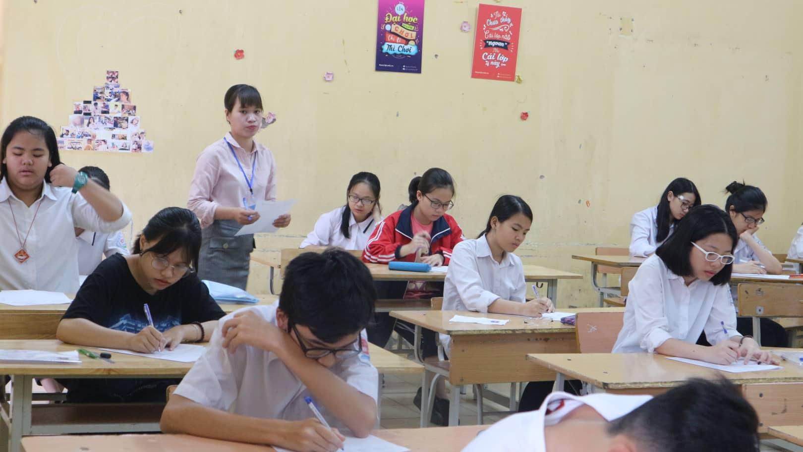 """Hôm nay (2/6), 86.000 thí sinh Hà Nội """"giành vé"""" vào THPT công lập, cha mẹ đội mưa chờ con - Ảnh 3"""