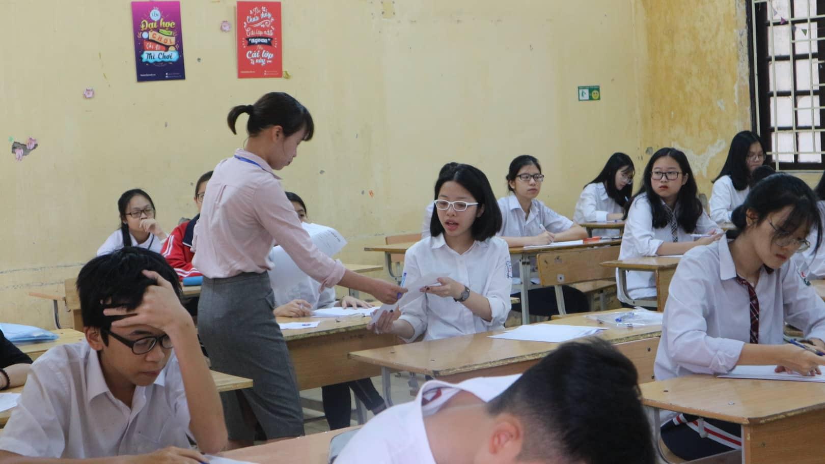 """Hôm nay (2/6), 86.000 thí sinh Hà Nội """"giành vé"""" vào THPT công lập, cha mẹ đội mưa chờ con - Ảnh 4"""