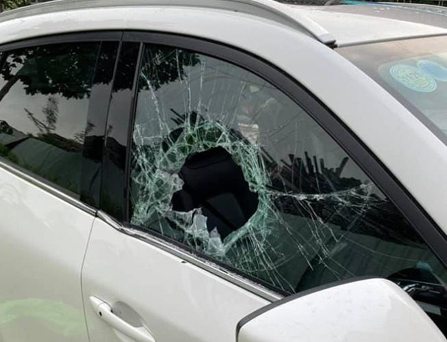 Truy tìm nghi phạm liều lĩnh đập vỡ kính ô tô để trộm 900 triệu đồng - Ảnh 1