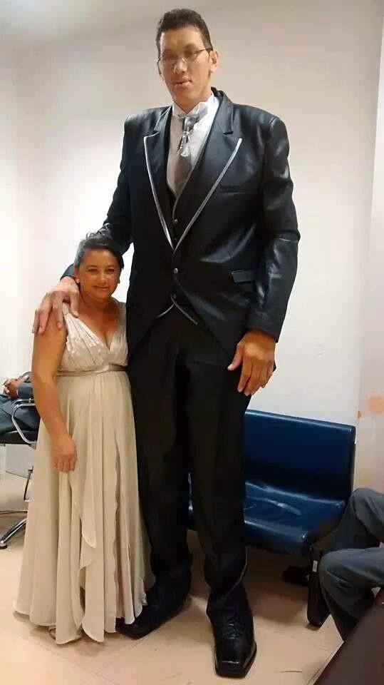 Người đàn ông cao 2,33m đau khổ vì không thể có con - Ảnh 2