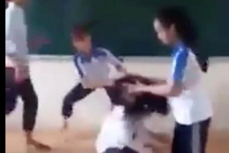 Phẫn nộ clip nhóm nữ sinh đánh bạn trong lớp học - Ảnh 1