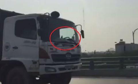 Phạt nặng lái xe chở rác đi ngược chiều trên cầu vượt Mễ Trì - Ảnh 1