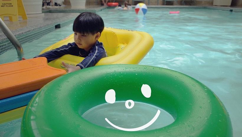 Không cần to tiếng, cách người mẹ này phạt con ở bể bơi đáng để bố mẹ học tập - Ảnh 2