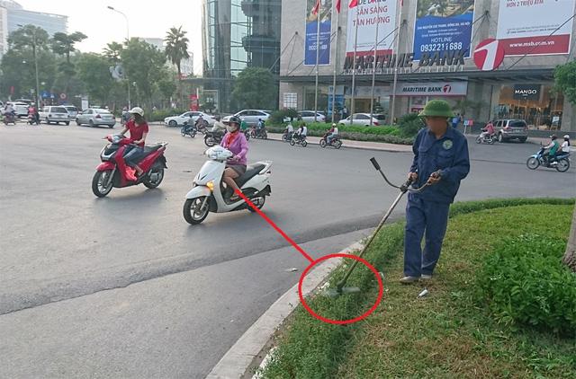 Một phụ nữ đang đi đường bị mảnh kim loại cắm sâu vào ngực - Ảnh 4