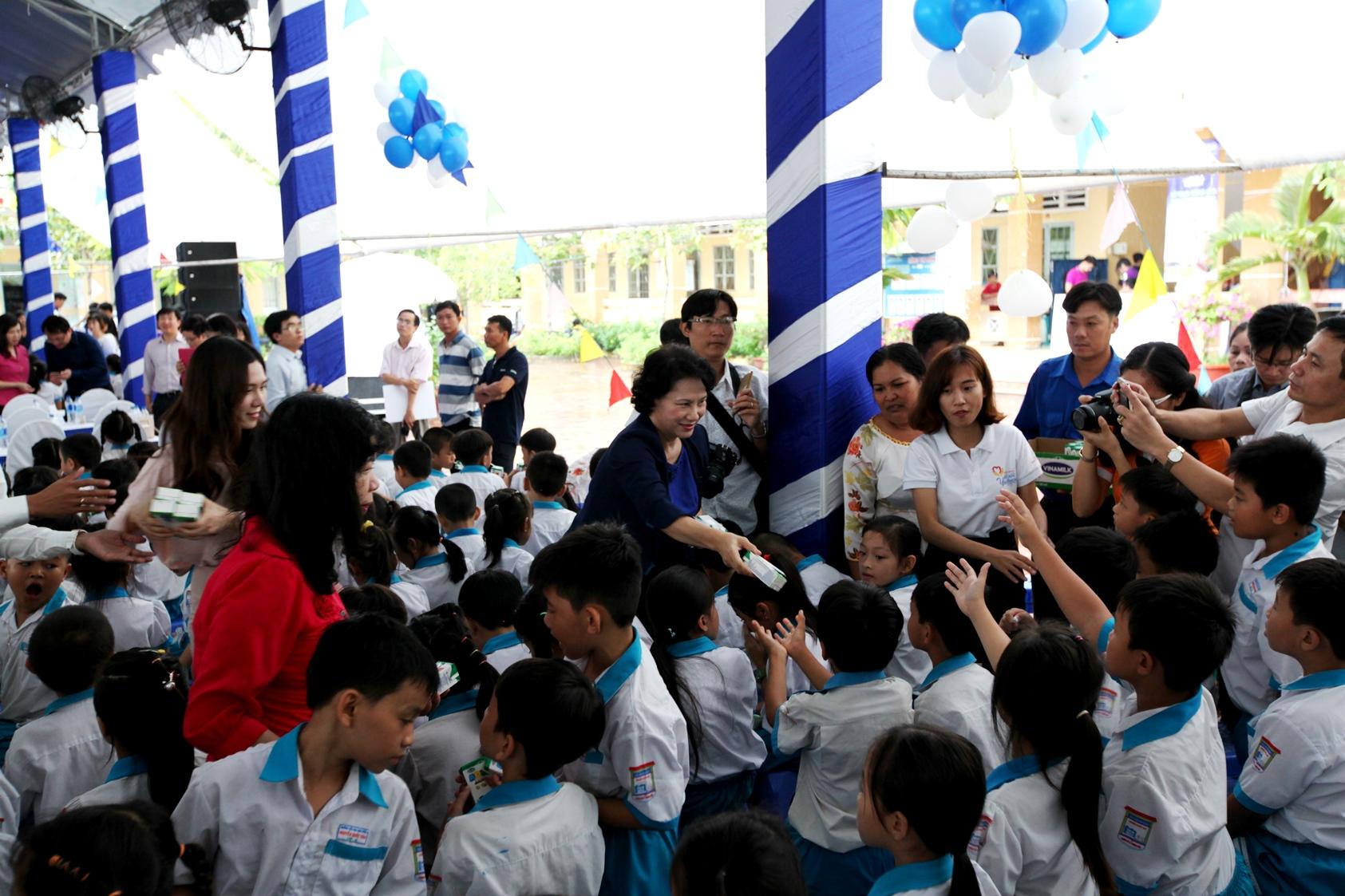 Vinamilk và Quỹ sữa Vươn cao Việt Nam trao tặng sữa cho trẻ em Cần Thơ - Ảnh 1