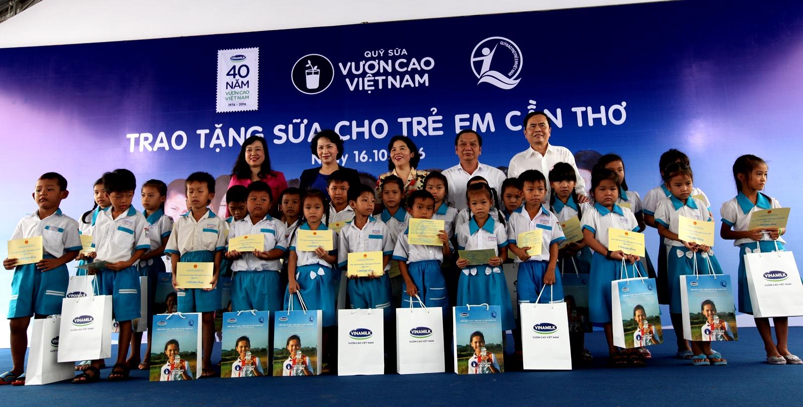 Vinamilk và Quỹ sữa Vươn cao Việt Nam trao tặng sữa cho trẻ em Cần Thơ - Ảnh 9
