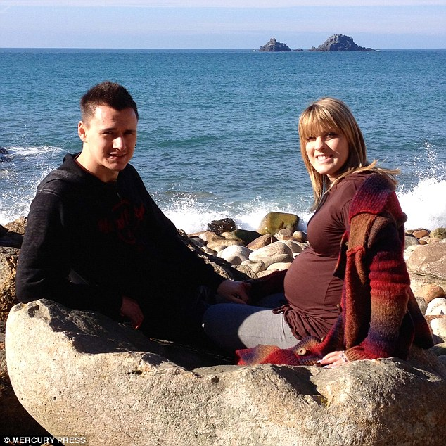 Bà bầu ốm nghén kinh hoàng giảm 20kg, suy kiệt cơ thể phải ngồi xe lăn - Ảnh 8
