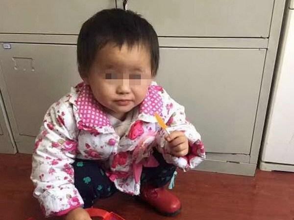 Cha mẹ nóng giận cãi nhau bỏ quên con gái 2 tuổi trên phố suốt một ngày - Ảnh 1