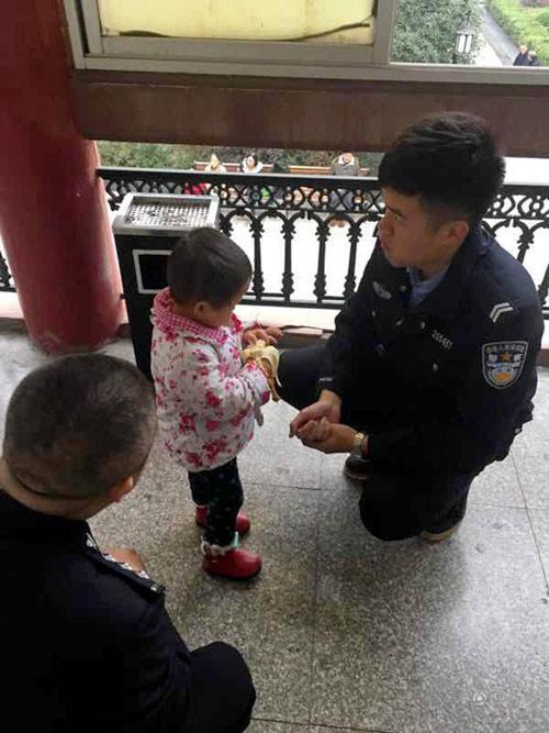 Cha mẹ nóng giận cãi nhau bỏ quên con gái 2 tuổi trên phố suốt một ngày - Ảnh 2