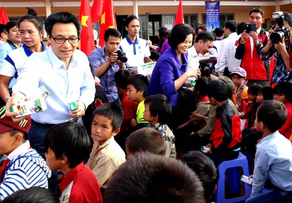 Vinamilk tiên phong mang chương trình sữa học đường đến với trẻ em Đắk Nông - Ảnh 2