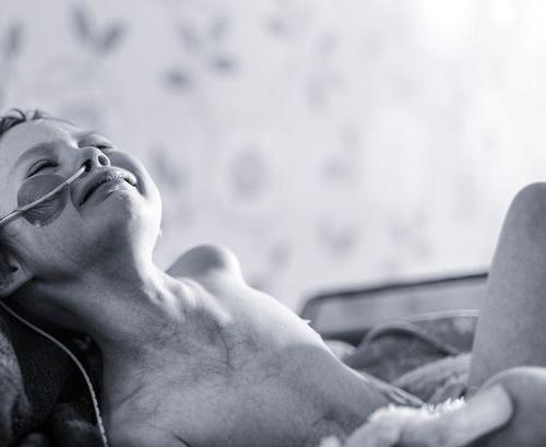 Cô bé trong bức ảnh gồng mình chiến đấu với căn bệnh ung thư đã qua đời - Ảnh 1