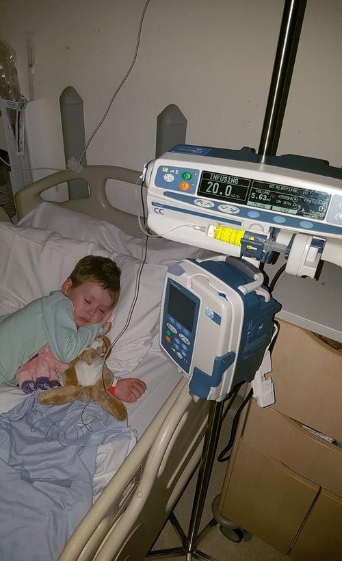 Cô bé trong bức ảnh gồng mình chiến đấu với căn bệnh ung thư đã qua đời - Ảnh 3