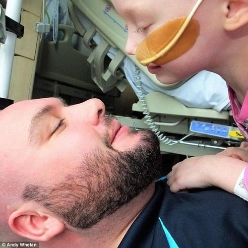 Cô bé trong bức ảnh gồng mình chiến đấu với căn bệnh ung thư đã qua đời - Ảnh 2