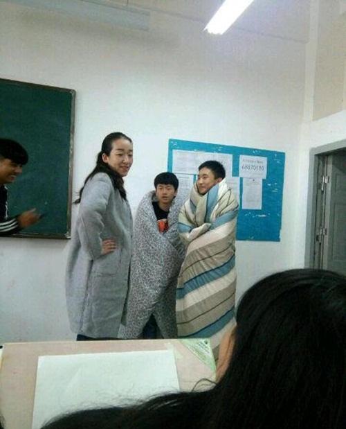 Dân mạng 'tròn mắt' với hai nam sinh quấn chăn kín mít đến trường vì lạnh - Ảnh 3