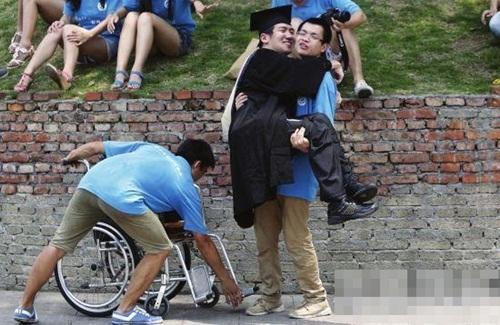 Cảm phục chàng trai bại não nhưng vẫn tốt nghiệp Thạc sỹ - Ảnh 1