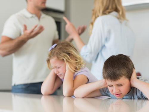 Khắc khoải hình ảnh những đứa trẻ trước công đường cha mẹ ly hôn - Ảnh 1