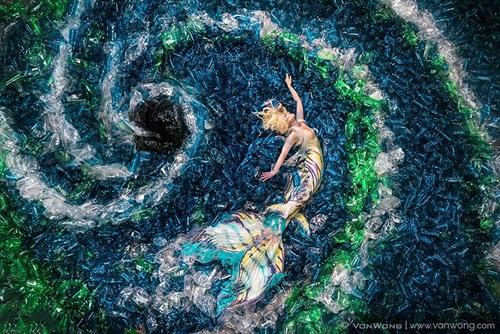 Chùm ảnh đáng suy ngẫm về rác thải nhựa và nàng tiên cá - Ảnh 2
