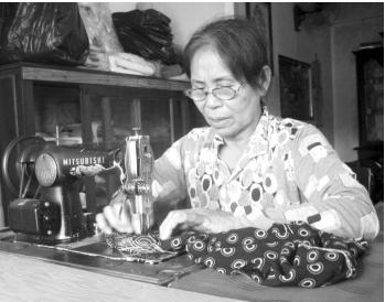 Chuyện cảm động về người mẹ miệt mài may vá để giúp kẻ nghèo khó - Ảnh 1