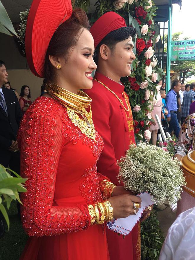Đám cưới 'khủng' của cặp đôi Đồng Nai: Rước dâu bằng xe Bentley, vàng cưới đeo trĩu cổ - Ảnh 1