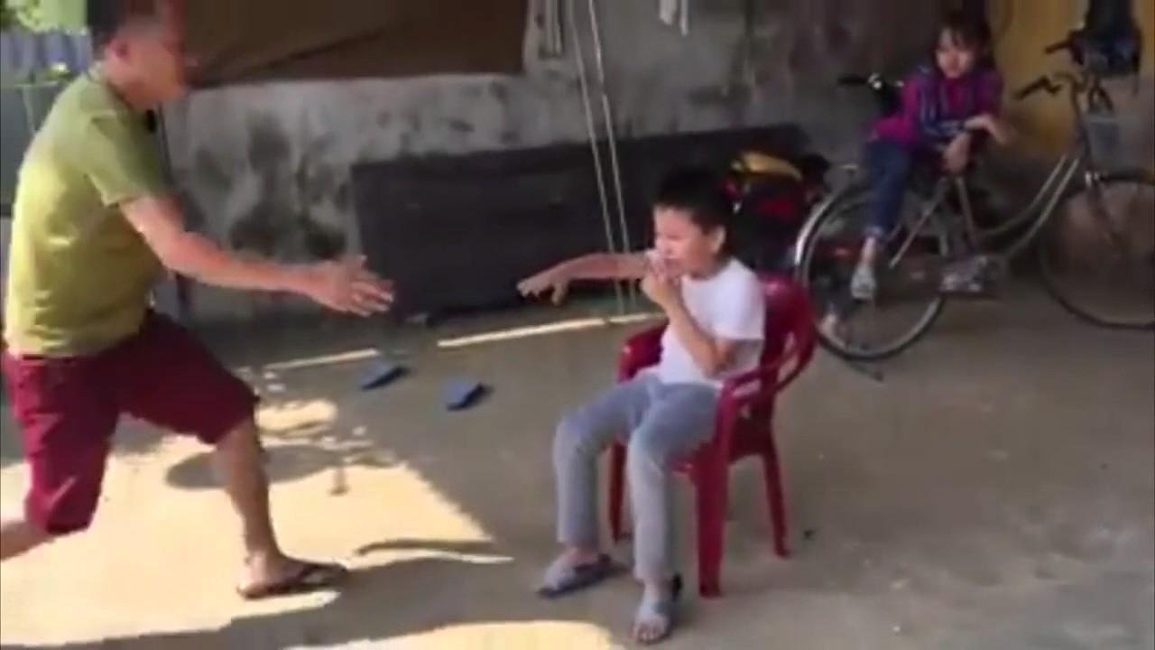 Màn nhổ răng bằng xe máy có 1-0-2 của hai cha con Ninh Bình - Ảnh 1