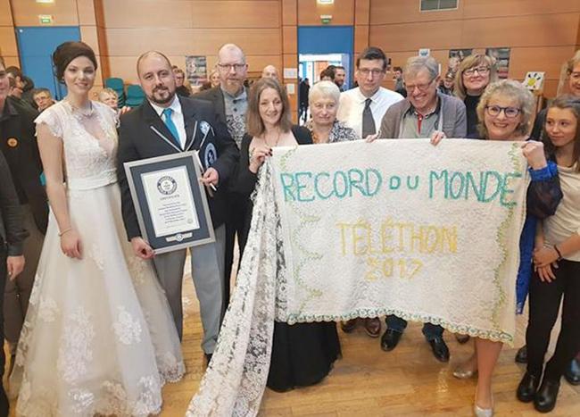 """Chiếc váy cưới """"khủng"""" dài hơn 8km phá sâu kỷ lục thế giới - Ảnh 2"""