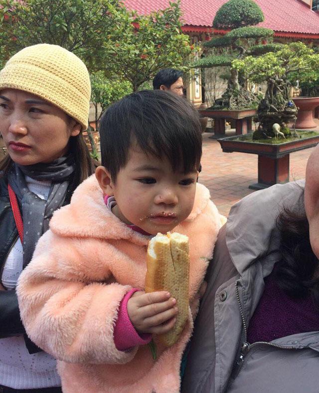 """Bỏ rơi con gái 2 tuổi ở cửa chùa, người mẹ viết thư """"mong thầy đừng cho cháu đi nơi khác"""" - Ảnh 1"""