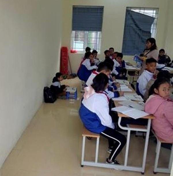 Cô giáo xin lỗi vì phạt nam sinh ngồi học dưới nền nhà - Ảnh 1
