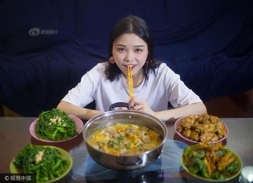 """Cô gái xinh đẹp nặng 43kg có khả năng """"ăn cả thế giới"""" khiến dân mạng tò mò - Ảnh 2"""
