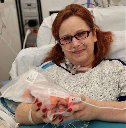 Người phụ nữ lần đầu tiên được tự tay cầm tim mình sau phẫu thuật ghép tim - Ảnh 1