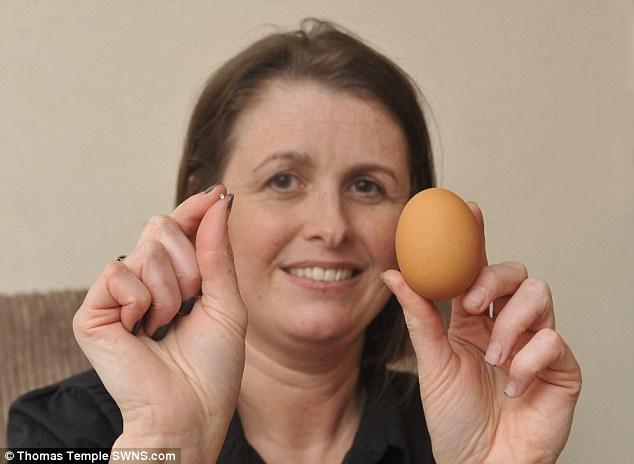 """Sốc khi ăn trứng luộc cắn phải """"kim cương"""" - Ảnh 1"""
