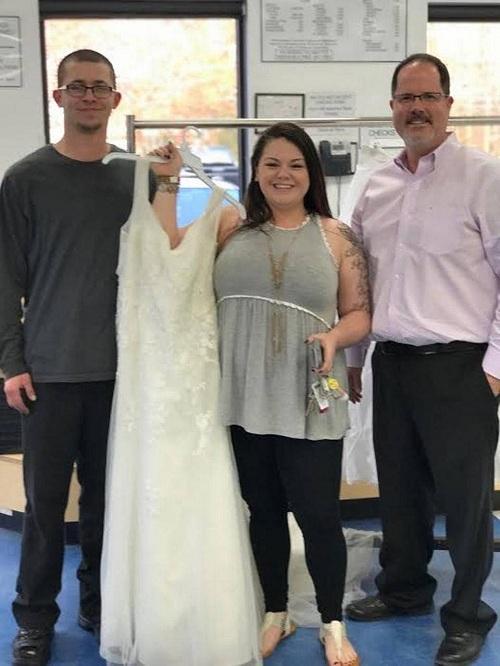 Cặp vợ chồng 'cầu cứu' dân mạng tìm lại chiếc váy cưới do nhầm lẫn khi từ thiện - Ảnh 1