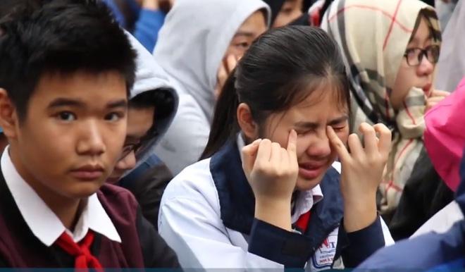 Bài giảng đặc biệt của thầy giáo khiến hàng trăm học sinh cùng thầy cô ôm mặt khóc nức nở - Ảnh 2