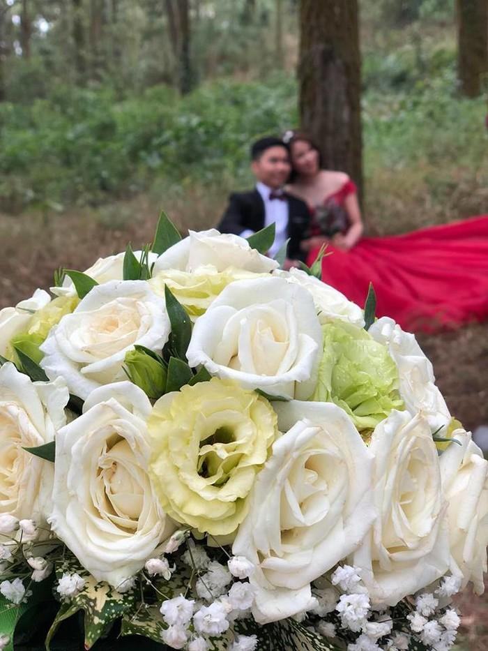Dở khóc dở cười: Chàng trai được nhờ cầm hộ hoa trong buổi chụp ảnh cưới người yêu cũ - Ảnh 2
