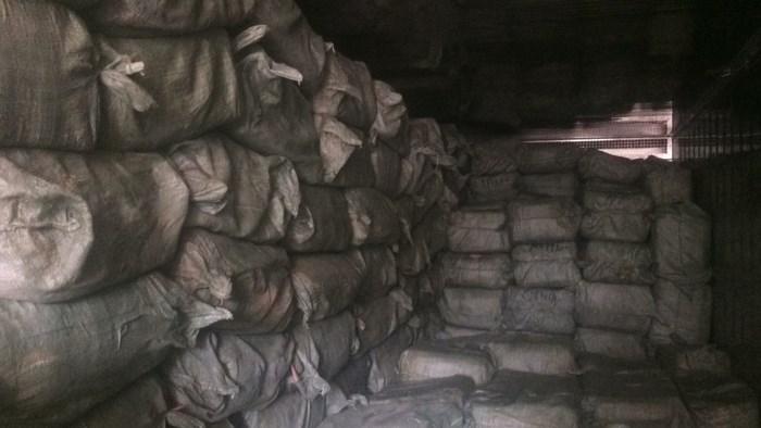 Thu giữ gần 14 tấn nầm heo hôi thối đang trên đường tới quán nhậu - Ảnh 1