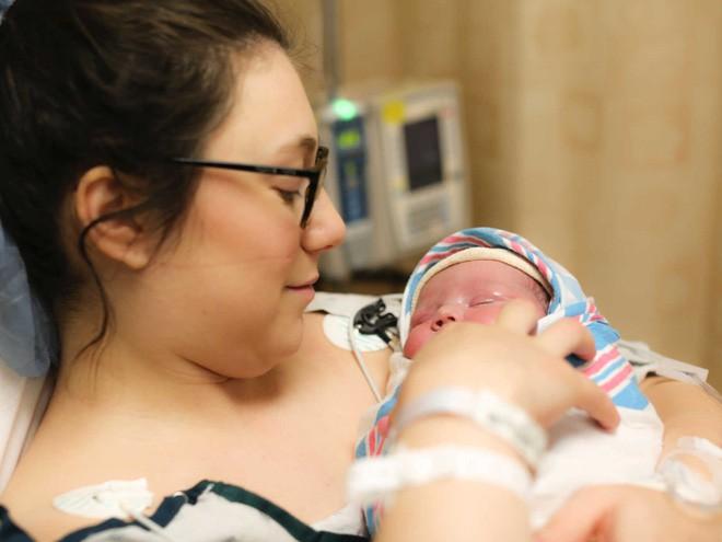 Bố hốt hoảng chụp lại bức ảnh con chào đời sau tiếng gọi thất thanh của y tá - Ảnh 5