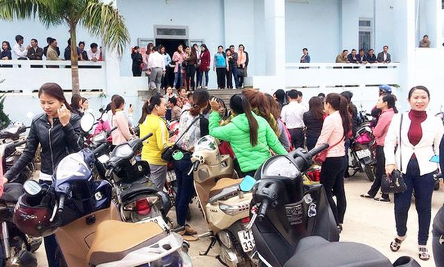 Hơn 500 giáo viên trong một huyện nhận tin bị mất việc - Ảnh 1