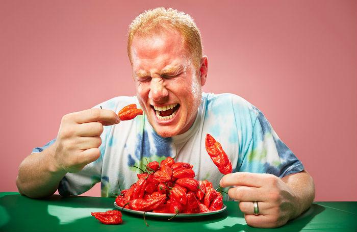 Người đàn ông nhập viện cấp cứu sau khi ăn 1 trái ớt cay nhất thế giới - Ảnh 1