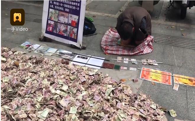 Đổ 'núi tiền' ra rồi quỳ lạy giữa đường, người đàn ông ăn xin khiến dân chúng bất ngờ - Ảnh 1
