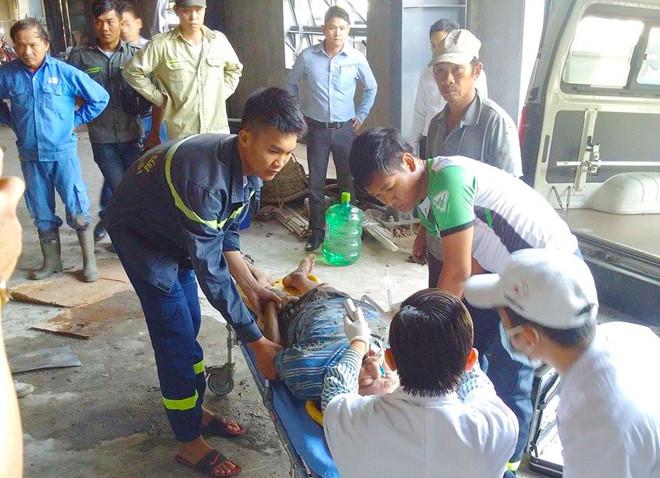 Sập giàn giáo khiến nhiều công nhân mắc kẹt, 2 người bị thương nặng - Ảnh 1