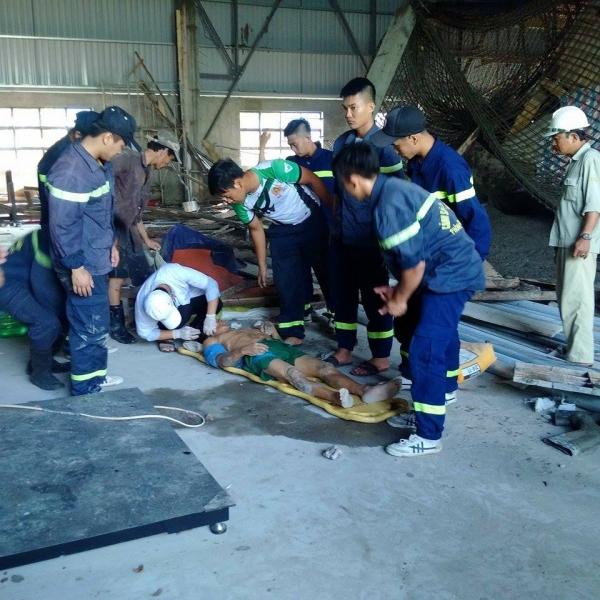 Sập giàn giáo khiến nhiều công nhân mắc kẹt, 2 người bị thương nặng - Ảnh 2