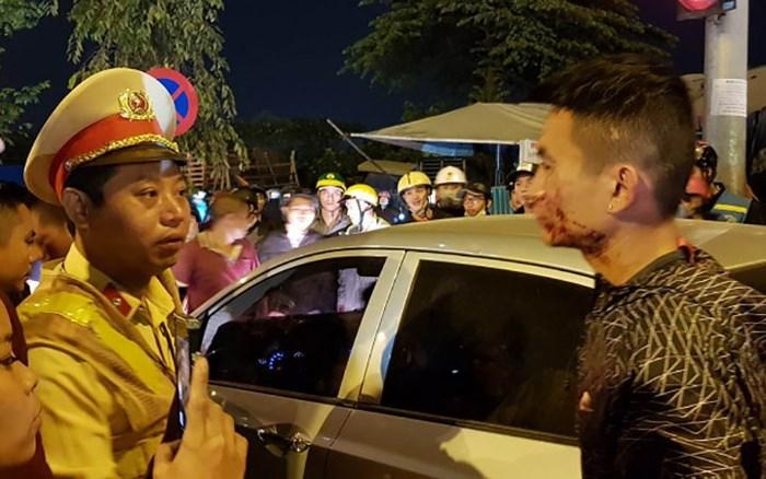 Tài xế ôtô cố thủ trong xe sau khi đánh tới tấp 2 vợ chồng đi xe máy chở con nhỏ - Ảnh 1