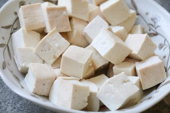 Thịt gà om nấm, canh đậu hũ non nấu hẹ ngọt thanh cho bữa cơm trưa - Ảnh 4