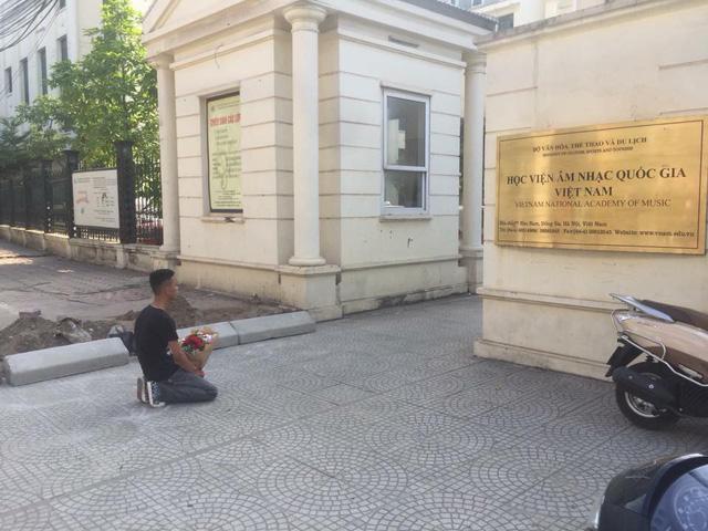 Chàng trai ôm hoa quỳ suốt 2 tiếng trước cổng Nhạc Viện dưới cái nắng 40 độ C gây tò mò - Ảnh 1