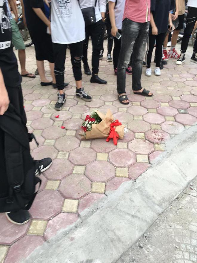 Chàng trai ôm hoa quỳ suốt 2 tiếng trước cổng Nhạc Viện dưới cái nắng 40 độ C gây tò mò - Ảnh 3