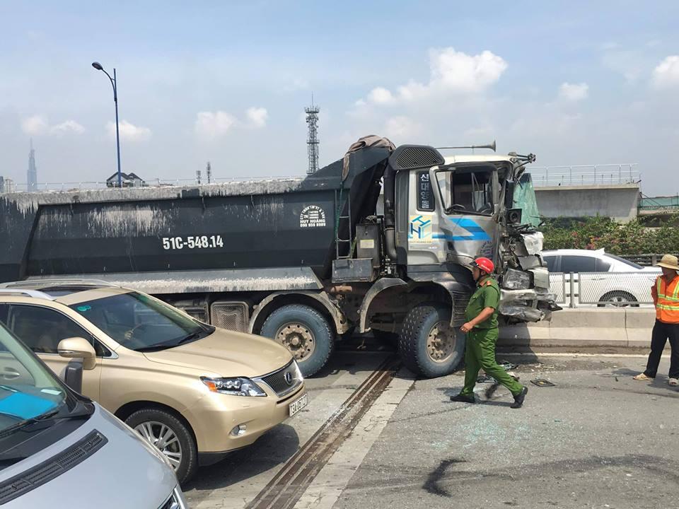 Tránh rào chắn, container đâm xe tải rồi bốc cháy trên cầu - Ảnh 1