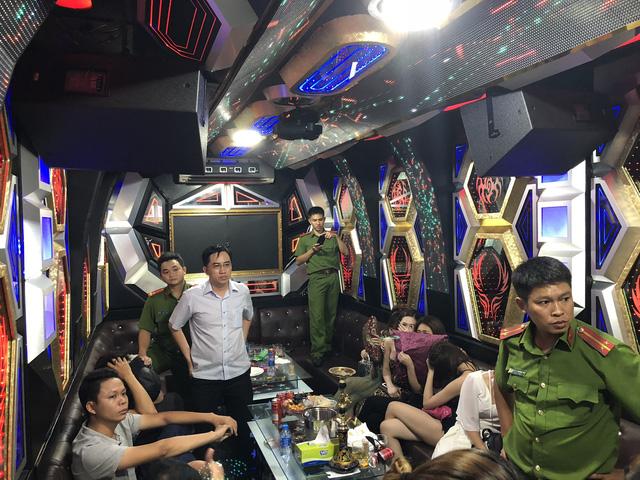 """Đột kích 2 tụ điểm ăn chơi ở Sài Gòn, phát hiện gần 80 """"chân dài"""" đang phục vụ các quý ông - Ảnh 2"""